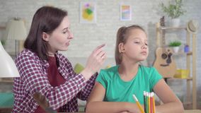 La muchacha adolescente sorprendida pone el audífono por primera vez y lo oye almacen de metraje de vídeo