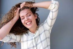 La muchacha adolescente subrayada con las manos en pelo y ojos se cerró Fotografía de archivo libre de regalías