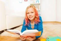 La muchacha adolescente temprana de Blondie leyó el libro en casa Imágenes de archivo libres de regalías