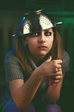La muchacha adolescente triste con las burbujas de un jabón en sus manos se sienta y llora Fotografía de archivo libre de regalías