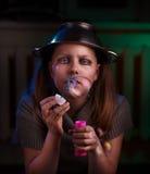 La muchacha adolescente triste sienta y sopla burbujas de jabón Fotos de archivo libres de regalías