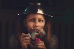 La muchacha adolescente triste sienta y sopla burbujas de jabón Fotografía de archivo libre de regalías