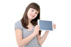 La muchacha adolescente utiliza un artilugio, aislado en el fondo blanco Imagen de archivo libre de regalías