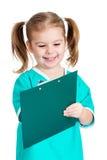 La muchacha adorable del niño uniformó como doctor sobre el fondo blanco fotografía de archivo libre de regalías
