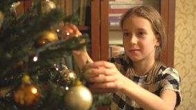 La muchacha adorna el árbol de navidad almacen de video