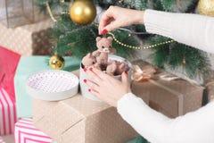 La muchacha adorna un árbol de navidad Foto de archivo