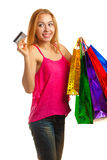 La muchacha adulta joven del retrato con los bolsos coloreados sostiene la tarjeta de crédito Fotos de archivo
