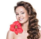La muchacha adulta sonriente con un sano limpia la piel de la cara Fotografía de archivo libre de regalías