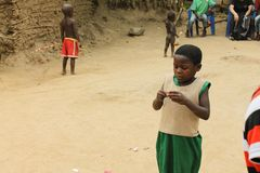 La muchacha africana abre el caramelo. Imagen de archivo libre de regalías