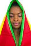 La muchacha africana hermosa que mira hace Imagen de archivo