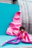 la muchacha afroamericana de moda que presenta en el estilo 80s viste en la turquesa Imágenes de archivo libres de regalías