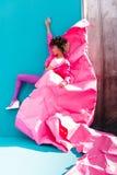 la muchacha afroamericana de moda que presenta en el estilo 80s viste en la turquesa Fotografía de archivo libre de regalías