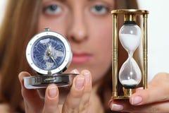 La muchacha agradable con la arena y un reloj del cuarzo Imagen de archivo libre de regalías