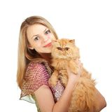 La muchacha agradable con un gato rojo en las manos Fotografía de archivo libre de regalías
