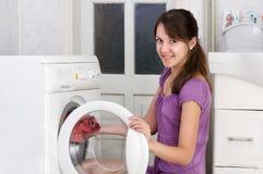 La muchacha agradable está lavando la ropa Fotos de archivo