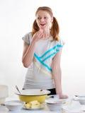La muchacha agradable hermosa prepara la hornada en cocina Imagen de archivo libre de regalías