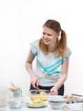 La muchacha agradable hermosa prepara la hornada en cocina Foto de archivo