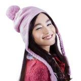 La muchacha alegre en ropa del invierno da un guiño Imagenes de archivo