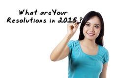 La muchacha alegre escribe resoluciones en 2015 Imagen de archivo libre de regalías