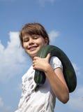 La muchacha alegre está en el huerto, recogiendo el calabacín Imágenes de archivo libres de regalías