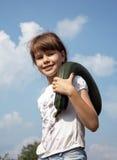 La muchacha alegre está en el huerto, recogiendo el calabacín Foto de archivo