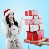 La muchacha alegre recibe el regalo de la Navidad Imagenes de archivo