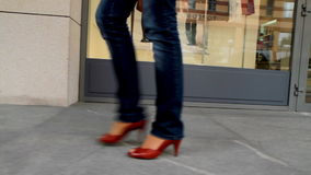 La muchacha alta, patilarga pasa a través de la ciudad 1 almacen de metraje de vídeo