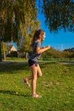 La muchacha ama correr y goza el activar imágenes de archivo libres de regalías