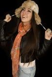 La muchacha americana bastante asiática que tira del sombrero de piel ata la mirada para arriba Imagen de archivo libre de regalías