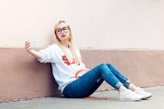 La muchacha americana de la belleza joven hace el selfie Fotografía de archivo