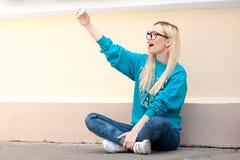 La muchacha americana de la belleza joven hace el selfie Foto de archivo libre de regalías