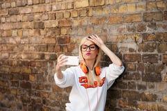 La muchacha americana de la belleza joven hace el selfie, modelo de moda, muchacha bonita Imagenes de archivo
