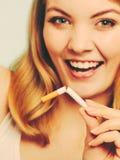 La muchacha analiza el cigarrillo Imágenes de archivo libres de regalías