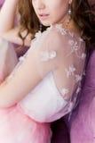 La muchacha apacible linda atractiva hermosa camina en un vestido blanco ligero en un jardín floreciente del día de verano brilla Foto de archivo