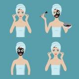 La muchacha aplica la máscara cosmética en su cara Imagenes de archivo