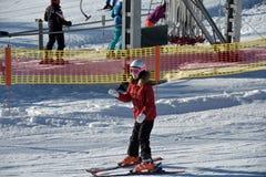 La muchacha aprende esquiar con el instructor del esquí Fotografía de archivo libre de regalías