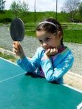 La muchacha aprende jugar a ping-pong Imagenes de archivo