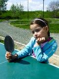 La muchacha aprende jugar a ping-pong Imagen de archivo