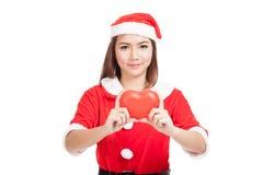 La muchacha asiática de la Navidad con Santa Claus viste con el corazón rojo Fotos de archivo libres de regalías