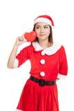 La muchacha asiática de la Navidad con Santa Claus viste con el corazón rojo Fotografía de archivo