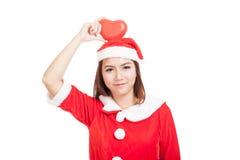 La muchacha asiática de la Navidad con Santa Claus viste con el corazón rojo Imagen de archivo libre de regalías