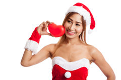 La muchacha asiática de la Navidad con Santa Claus viste con el corazón rojo Fotos de archivo
