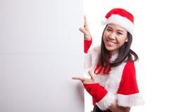 La muchacha asiática de la Navidad con Santa Claus viste el punto para esconder el si Fotos de archivo libres de regalías