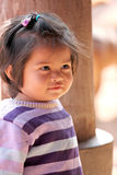 La muchacha asiática del niño del bebé está mirando fijamente algo. Imagen de archivo libre de regalías