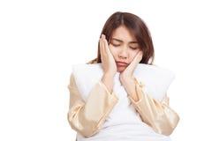 La muchacha asiática despierta soñoliento y soñoliento con la almohada Imagen de archivo