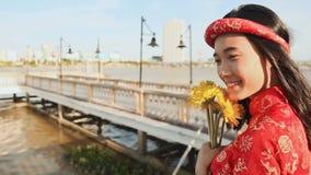 La muchacha asiática en el traje nacional y el vestido vietnamita del Ao Dai camina a lo largo de la ciudad del Da Nang del terra almacen de video