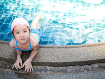 La muchacha asiática está jugando en la piscina Fotos de archivo libres de regalías
