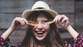 La muchacha asiática joven hermosa tiene un rato feliz solamente imagen de archivo