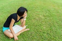 La muchacha asiática la descansa los ojos Foto de archivo