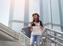 La muchacha asiática toma la foto en ciudad Imágenes de archivo libres de regalías